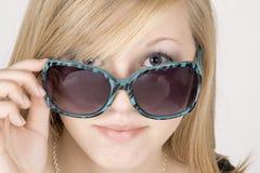Occhiali da sole da portare della giovane donna Immagini Stock Libere da Diritti