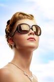 Occhiali da sole da portare della giovane donna Fotografia Stock
