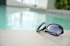Occhiali da sole dalla piscina all'aperto Immagini Stock Libere da Diritti