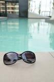 Occhiali da sole dalla piscina all'aperto Fotografie Stock Libere da Diritti