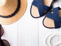 Occhiali da sole dei sandali dei braccialetti del cappello di paglia del fondo di estate su uno spazio bianco della copia della t Fotografia Stock
