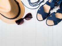 Occhiali da sole dei sandali dei braccialetti del cappello di paglia del fondo di estate su uno spazio bianco della copia della t Immagine Stock Libera da Diritti