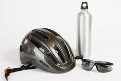 Occhiali da sole del casco della bici e boccetta di acqua del metallo Fotografia Stock