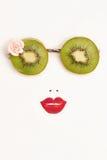 Occhiali da sole del kiwi con le labbra della fragola Immagine Stock