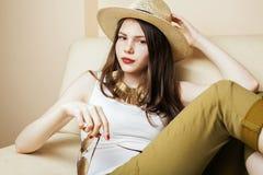 Occhiali da sole della giovane donna graziosa e cappello d'uso di estate, pantaloni a vita bassa di concetto della gente di modo Immagini Stock