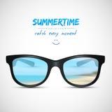 Occhiali da sole di estate con la riflessione della spiaggia Immagine Stock