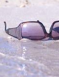 Occhiali da sole di Fashinable sulla sabbia Fotografia Stock Libera da Diritti