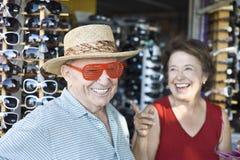 Occhiali da sole di prova delle coppie senior al negozio Fotografia Stock Libera da Diritti