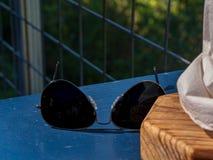 Occhiali da sole di stile dell'aviatore sulla tavola fotografie stock libere da diritti