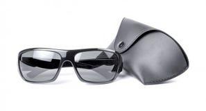 Occhiali da sole e cassa di carri isolata contro un fondo bianco fotografia stock libera da diritti