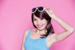 Occhiali da sole e sorriso di usura di donna Fotografia Stock Libera da Diritti