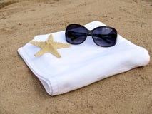 Occhiali da sole e stelle marine sul tovagliolo bianco Fotografia Stock Libera da Diritti