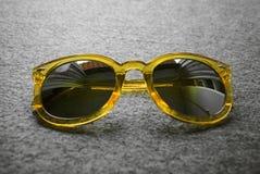 Occhiali da sole gialli fotografia stock