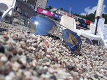 occhiali da sole, mare, estate, festa, spiaggia immagini stock libere da diritti
