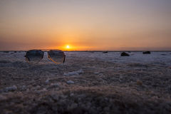 Occhiali da sole nella palude d'acqua salata al tramonto Immagini Stock Libere da Diritti