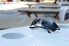 Occhiali da sole neri di lusso alla piscina dell'hotel Fotografie Stock Libere da Diritti