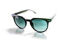 Occhiali da sole neri isolati con la lente blu Fotografie Stock