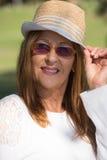 Occhiali da sole rilassati della donna e giorno soleggiato del cappello Immagine Stock Libera da Diritti