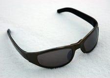 Occhiali da sole sopra a neve Fotografie Stock