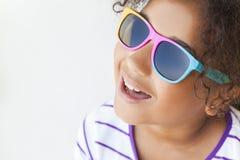 Occhiali da sole sorridenti del bambino afroamericano della ragazza della corsa mista Fotografia Stock