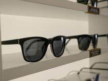 Occhiali da sole su esposizione in una sala d'esposizione del deposito con la riflessione di sur immagini stock libere da diritti