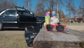 Occhiali da sole su un'automobile del banco sui precedenti pronti per il roadtrip Fotografia Stock