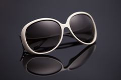 Occhiali da sole su un fondo nero Fotografie Stock