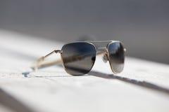 Occhiali da sole su un pier.GN Fotografie Stock