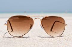 Occhiali da sole su una spiaggia di sabbia Immagine Stock Libera da Diritti