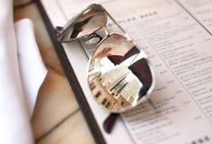 Occhiali da sole sul menu del ristorante Immagine Stock