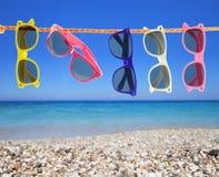 Occhiali da sole sulla spiaggia Immagini Stock Libere da Diritti