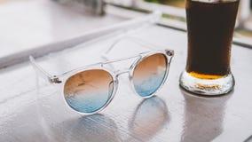 occhiali da sole sulla vacanza nel primo piano dei tropici nconcept di rilassamento e di rilassamento nei tropici Immagini Stock