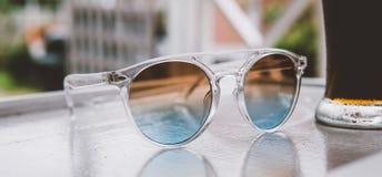 occhiali da sole sulla vacanza nel primo piano dei tropici nconcept di rilassamento e di rilassamento nei tropici Fotografia Stock
