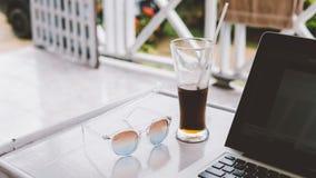 occhiali da sole sulla vacanza nel primo piano dei tropici nconcept di rilassamento e di rilassamento nei tropici Immagine Stock