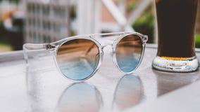 occhiali da sole sulla vacanza nel primo piano dei tropici nconcept di rilassamento e di rilassamento nei tropici Immagine Stock Libera da Diritti