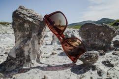 Occhiali da sole sulle rocce 2 Fotografia Stock