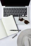 Occhiali da sole, taccuino, penna e tastiera di computer su backgr bianco Fotografie Stock Libere da Diritti