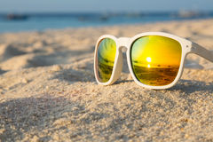 Occhiali da sole tropicali della spiaggia Fotografia Stock Libera da Diritti