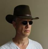 Occhiali da sole verdi dell'uomo del cappello Immagine Stock Libera da Diritti