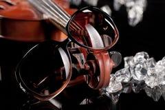 Occhiali da sole, violino, ghiaccio ed occhiali da sole Fotografie Stock Libere da Diritti