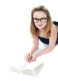 Occhiali della ragazza e libro di lettura da portare Fotografia Stock