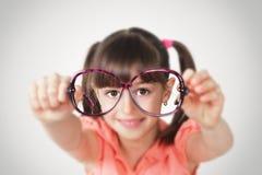 Occhiali della tenuta della bambina, concetto di vista di salute Le FO molli Immagini Stock