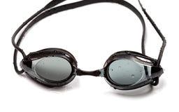 Occhiali di protezione bagnati per il nuoto sul fondo bianco Fotografia Stock Libera da Diritti