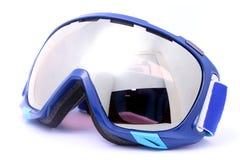 Occhiali di protezione blu di corsa con gli sci isolati su fondo bianco Immagine Stock