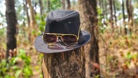 Occhiali di protezione in cappello immagini stock