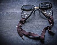 Occhiali di protezione d'annata sul bordo di legno Fotografia Stock Libera da Diritti