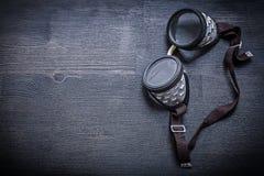 Occhiali di protezione d'annata sul bordo di legno con copyspace Fotografia Stock Libera da Diritti