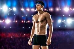 Occhiali di protezione d'uso di nuotata dell'uomo bello allo stagno allo Stadio Olimpico Immagini Stock