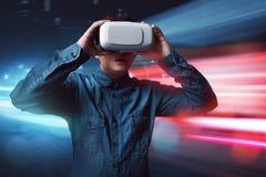 Occhiali di protezione d'uso di realtà virtuale dell'uomo fotografia stock libera da diritti