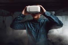 Occhiali di protezione d'uso di realtà virtuale dell'uomo fotografia stock